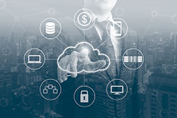 Geschäftsmann zeigt auf ein Cloud-Symbol