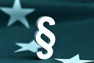 Ausschnitt der Flagge der Europäischen Union mit Paragraphen-Zeichen als Symbol für die DSGVO.