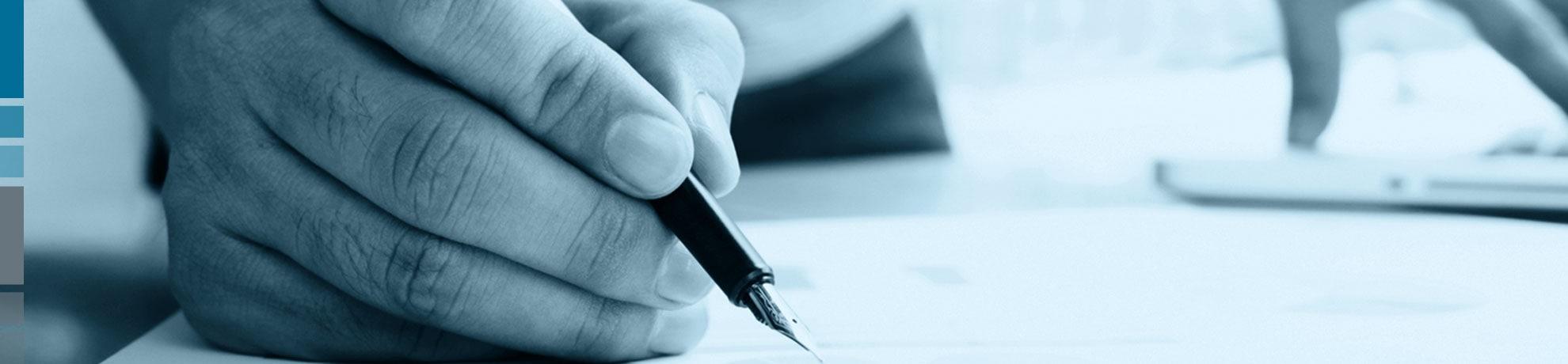 Hand mit Tintenfüller beim Schreiben einer Initiativbewerbung für Portal Systems