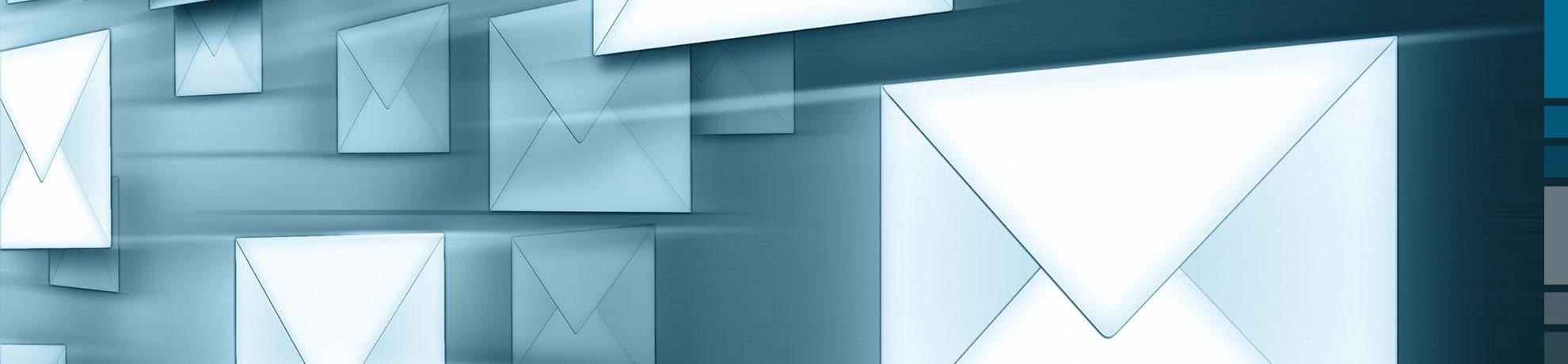 Fliegende Briefumschläge als Symbolbild für die Anmeldung zum Portal Systems Newsletter.
