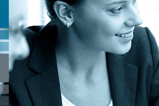 Lächelnde Geschäftsfrau als Symbol für zufriedene Kund:innen der Portal Systems AG.