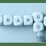 Das Wort Change wird auf Holzwürfeln buchstabiert, wobei der Buchstabe G durch den Buchstaben C ersetzt wird, um das Wort Chance zu buchstabieren.